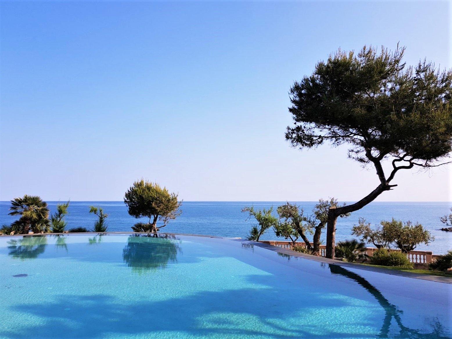 Piscina infinita frente al mar Xalet del Nin